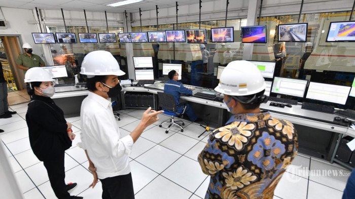 Presiden Joko Widodo melakukan peninjauan saat meresmikan pabrik baja Hot Strip Mill #2 PT Krakatau Steel (Persero) Tbk di Kota Cilegon, Banten, Selasa (21/9/2021). Pabrik ini memiliki kapasitas produksi hot rolled coil (HRC) sebesar 1,5 juta ton per tahun dan merupakan pabrik pertama di Indonesia yang mampu menghasilkan HRC kualitas premium. Dalam kesempatan tersebut, Presiden Jokowi didampingi antara lain oleh Ketua DPR, Puan Maharani, Menko Marinvest, Luhut Binsar Panjaitan, dan Menteri BUMN, Erick Thohir. Tribunnews/HO/Setpres/Agus Suparto
