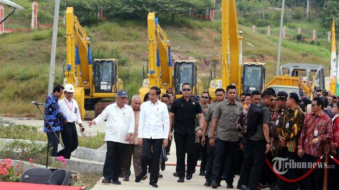 Presiden Joko Widodo didampingi Menteri PUPR, Basuki Hadimuljono (kiri, depan) dan Gubernur Kaltim, Isran Noor (kedua kiri, belakang) meninjau Tempat Pemrosesan Akhir (TPA) Sampah Manggar usai meresmikannya, di Kota Balikpapan, Kalimantan Timur, Rabu (18/12/2019). TPA Manggar merupakan TPA sampah moderen yang dilengkapi dengan teknologi 'sanitary landfill' yang mampu menghancurkan sampah dengan baik, mengubah air lindi atau air yang dihasilkan dari pemaparan air hujan pada timbunan sampah menjadi gas metana dan bisa dimanfaatkan warga sekitar untuk memasak. Menurut Presiden Jokowi, TPA Sampah Manggar merupakan TPA sampah yang paling baik di Indonesia karena hijau, tidak bau, dan pembangunannya tidak memakan biaya yang begitu besar. Warta Kota/Alex Suban