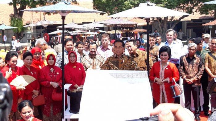 Ditemani sang Istri dan Mufidah Jusuf Kalla, Jokowi Membatik di Pura Mangkunegaran Solo