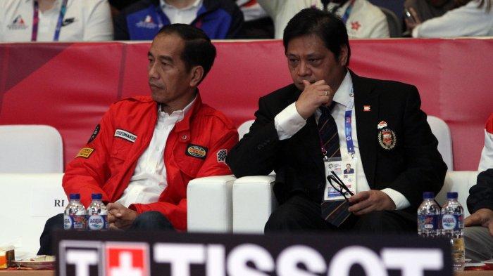 Presiden Joko Widodo (kiri) didampingi Ketua Umum Pengurus Besar Wushu Indonesia (PB WI), Airlangga Hartarto menyaksikan cabang olahraga wushu Asian Games 2018 di JIExpo, Kemayoran, Jakarta Pusat, Senin (20/8/2018) pagi. Kedatangan Presiden Jokowi untuk mendukung dan menyemangati atlet-atlet wushu yang sedang berlaga.