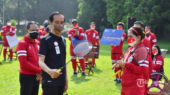 Leani Ratri Oktila Hadiahkan Jokowi Raket 'Medali Emas', Sekaligus 'Todong' Tanda Tangan Presiden