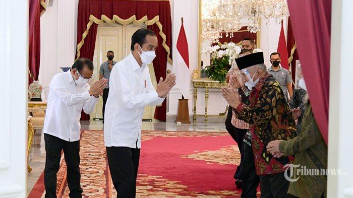 Presiden Joko Widodo didampingi Menkopolhukam, Mahfud MD dan Menteri Sekretaris Negara, Pratikno menerima Amien Rais beserta sejumlah perwakilan di Istana Merdeka, Jakarta Pusat, Selasa (9/3/2021). Kedatangan Amien Rais beserta KH Abdullah Hehamahua, KH Muhyiddin Junaidi, Marwan Batubara, Firdaus Syam, Ahmad Wirawan Adnan, Mursalim, dan Ansufri Id Sambo guna membahas laporan Komnas HAM terkait peristiwa tewasnya enam laskar Front Pembela Islam (FPI) di Tol Cikampek beberapa waktu lalu. Seusai pertemuan, Presiden Jokowi mengantar Amien Rais dan rombongan sampai ke pintu depan Istana Merdeka. Tribunnews/HO/Biro Pers Setpres/Muchlis Jr