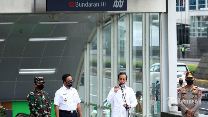 Presiden Joko Widodo (kedua kanan) memberikan keterangan didampingi Panglima TNI Jenderal TNI Hadi Tjahjanto (kiri), Kapolri Jenderal Pol Idham Azis (kanan), dan Gubernur DKI Jakarta Anies Baswedan usai meninjau kesiapan penerapan prosedur standar new normal (normal baru) di Stasiun MRT Bundaran HI, Jakarta Pusat, Selasa (26/5/2020). Dalam tinjauan kali ini, Presiden Jokowi menyampaikan, adanya pengerahan TNI/Polri secara masif di titik-titik keramaian untuk mendisiplinkan masyarakat dengan tujuan agar masyarakat mematuhi protokol kesehatan sesuai ketentuan Pembatasan Sosial Berskala Besar (PSBB). Tribunnews/Irwan Rismawan