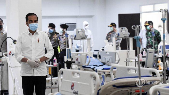Presiden Joko Widodo melihat peralatan medis di ruang IGD saat meninjau Rumah Sakit Darurat Penanganan COVID-19 Wisma Atlet Kemayoran, Jakarta, Senin (23/3/2020). Dalam kunjungannya Presiden Joko Widodo memastikan Rumah Sakit Darurat Penanganan COVID-19 Wisma Atlet Kemayoran siap digunakan untuk menangani 3.000 pasien. ANTARA FOTO/Hafidz Mubarak A/Pool