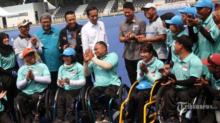 Presiden Jokowi Berpose Setengah Jongkok Saat Berfoto Bersama Para Atlet Asian Para Games