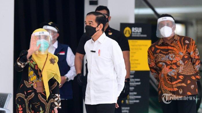 Presiden Joko Widodo meninjau pelaksanaan vaksinasi massal di Sentra Vaksinasi Covid-19 Rumah Sakit Universitas Indonesia (RSUI), Kota Depok, Jawa Barat, Rabu (9/6/2021). Vaksinasi tersebut diperuntukkan bagi kurang lebih 1.500 orang yang terdiri atas kelompok warga lanjut usia (lansia), pelayan publik, tenaga kependidikan, dan penyedia layanan transportasi (pengemudi ojol dan ojek pangkalan). Turut serta dalam peninjauan itu antara lain Menteri Kesehatan Budi Gunadi Sadikin, Gubernur Jawa Barat Ridwan Kamil, Wali Kota Depok Mohammad Idris, Rektor Universitas Indonesia Ari Kuncoro, dan Direktur Utama RSUI Astuti Giantini. Tribunnews/HO/Biro Pers Setpres/Muchlis Jr