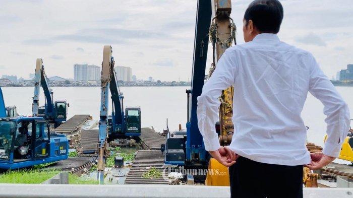 Presiden Joko Widodo  secara mendadak meninjau Waduk Pluit, Jakarta Utara, Jumat Pagi, 3 Januari 2020. Presiden ingin memastikan semua alat penanganan banjir yang ada di Waduk tersebut berfungsi secara optimal. TRIBUNNEWS.COM/Biro Pers Sekretariat Presiden