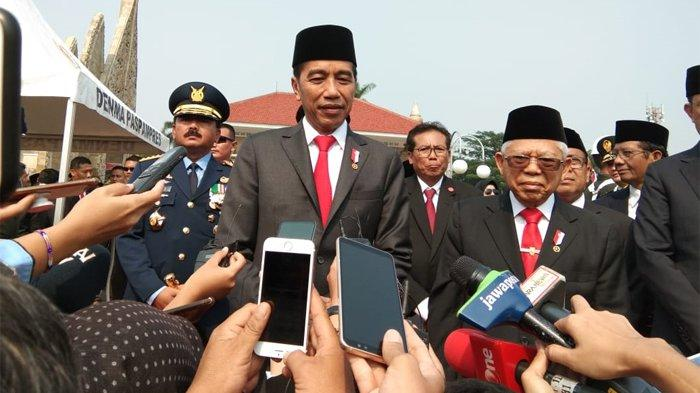 Presiden Joko Widodo (Jokowi) usai memimpin upacara ziarah nasional dalam rangka Hari Pahlawan di Taman Makam Pahlawan Nasional Utama (TMPNU) Kalibata, Jakarta, Minggu (10/11/2019).