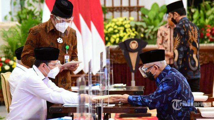 Presiden Joko Widodo bersama Wakil Presiden Ma'ruf Amin dan sejumlah menteri menyerahkan zakat kepada Badan Amil Zakat Nasional (Baznas) di Istana Negara, Jakarta Pusat, Kamis (15/4/2021). Pada kesempatan tersebut, Presiden Jokowi sekaligus meluncurkan secara resmi Gerakan Cinta Zakat yang mendorong partisipasi masyarakat untuk meningkatkan zakat, infak, dan sedekah. Turut hadir mendampingi Presiden Jokowi dan Wapres Ma'ruf Amin yakni Menko Polhukam Mahfud Md, Menko Pembangunan Manusia dan Kebudayaan Muhadjir Effendy, Menteri Agama Yaqut Cholil Qoumas, Ketua Baznas Noor Achmad, serta sejumlah Menteri Kabinet Indonesia Maju lainnya. Acara tersebut digelar dengan tetap mematuhi dan menjaga protokol kesehatan yang ketat. Tribunnews/HO/Biro Pers Setpres/Muchlis Jr