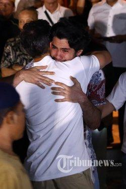 Reza Rahadian menangis usai melayat ke kediaman Habibie.
