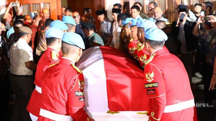 Sejumlah prajurit Pasukan Pengamanan Presiden (Paspampres) mengangkat peti jenazah dari almarhum Presiden ke-3 RI, Prof Dr Ing H Bacharuddin Jusuf Habibie, turun dari mobil jenazah setibanya di rumah duka di Jakarta, Rabu (11/10/2019). BJ Habibie meninggal dunia setelah menjalani perawatan di RSPAD. (TRIBUNNEWS/IRWAN RISMAWAN) *** Local Caption *** Prof Dr Ing H Bacharuddin Jusuf Habibie