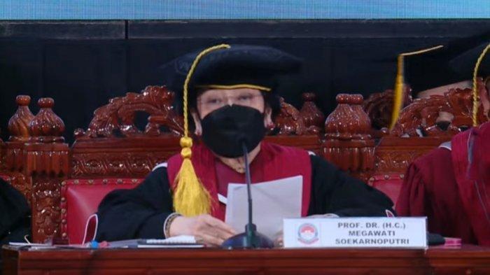 Megawati Soekarnoputri saat acara pengukuhan menjadi profesor kehormatan (Guru Besar Tidak Tetap) Ilmu Pertahanan bidang Kepemimpinan Strategik dari Universitas Pertahanan (Unhan) RI, dalam Sidang Senat Terbuka, Jumat (11/6/2021).