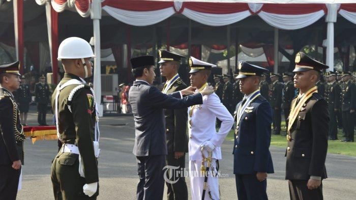 Presiden RI Ir. H. Joko Widodo, menjadi  Inspektur upacara pelantikan Prasetya Perwira (Praspa) TNI dan Polri Tahun 2019, bertempat di lapangan Istana Merdeka Jakarta, Selasa (16/7/2019). TRIBUNNEWS.COM/PUSPEN TNI