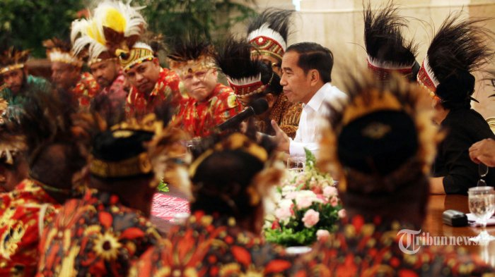 TERIMA TOKOH PAPUA - Presiden Joko Widodo  menjawab pertanyaan saat pertemuan dengan sejumlah tokoh Papua di Istana Negara, Jakarta, Selasa (10/9/2019). Pertemuan tersebut membahas isu-isu terkini di Papua. (Wartakota/Henry Lopulalan)