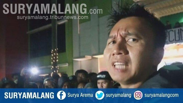 Presiden Persebaya Surabaya, Azrul Ananda, saat menemui Bonek di Kantor Persebaya, Kamis (15/8/2019) malam.