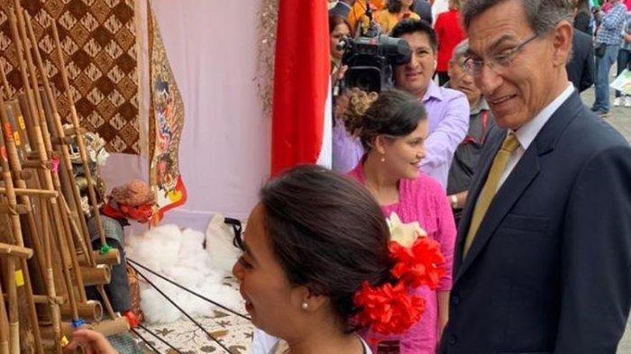 Presiden Peru Martin Vizcarra menyaksikan permainan angklung persembahan Kedutaan Besar RI di Lima, Peru.(DOKUMENTASI KBRI LIMA)