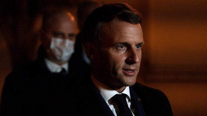 Presiden Prancis Emmanuel Macron bersama Menteri Pendidikan Prancis Jean-Michel Blanquer, berbicara di depan sebuah sekolah menengah di Conflans Saint-Honorine, 30 km barat laut Paris, pada 16 Oktober 2020, setelah seorang guru dipenggal oleh penyerang karena membawa karikatur Nabi Muhammad SAW.