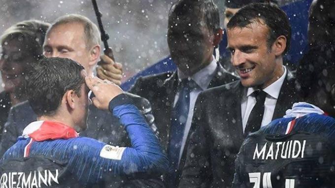 Perancis Juara Piala Dunia 2018, Emmanuel Macron yang Basah Kuyup Melompat dan Bersorak di Stadion