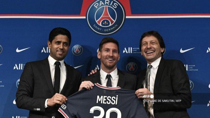 Presiden Qatar Paris Saint-Germain Nasser Al-Khelaifi (kiri) dan Direktur Olahraga Paris Saint-Germain Leonardo Nascimento de Araujo (kanan) berpose bersama pemain sepak bola Argentina Lionel Messi (tengah) saat ia mengangkat kaus nomor 30 miliknya selama pers konferensi di stadion klub sepak bola Prancis Paris Saint-Germain (PSG) Parc des Princes di Paris pada 11 Agustus 2021. Superstar berusia 34 tahun itu menandatangani kontrak dua tahun dengan PSG pada 10 Agustus 2021, dengan opsi satu tahun tambahan, ia akan mengenakan nomor punggung 30 di Paris, nomor yang ia miliki saat memulai karir profesionalnya di klub sepak bola Barca Spanyol.