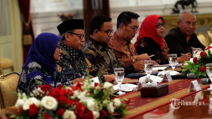 RAPAT BANJIR - Gubernur Banten Wahidin Halim (kedua dari kiri), Gubernur DKI Jakarta Anies Baswedan (ketiga dari kiri) dan Gubernur Jawa Barat Ridwan Kamil (ketiga dari kanan) dan walikota- bupati rapat  dalam pencegahan dan penanganan dampak banjir yang dipimpin oleh Presiden Joko Widodo di Istana Merdeka, Jakarta, Rabu (8/1/2020). (Warta Kota/Henry Lopulalan)