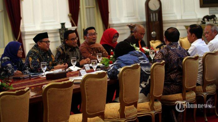 RAPAT BANJIR - Gubernur Banten Wahidin Halim (kedua dari kiri), Gubernur DKI Jakarta Anies Baswedan (ketiga dari kiri) dan Gubernur Jawa Barat Ridwan Kamil (ketiga dari kanan) dan walikota- bupati rapat  dalam pencegahan dan penanganan dampak banjir yang dipimpin oleh Presiden Joko Widodo di Istana Merdeka, Jakarta, Rabu (8/1/2020).--Warta Kota/henry lopulalan