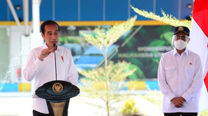 Presiden RI Joko Widodo bersama Menteri Perhubungan Budi Karya Sumadi meresmikan Terminal Baru Bandara Kuabang di Maluku Utara, Rabut (24/3/2021).