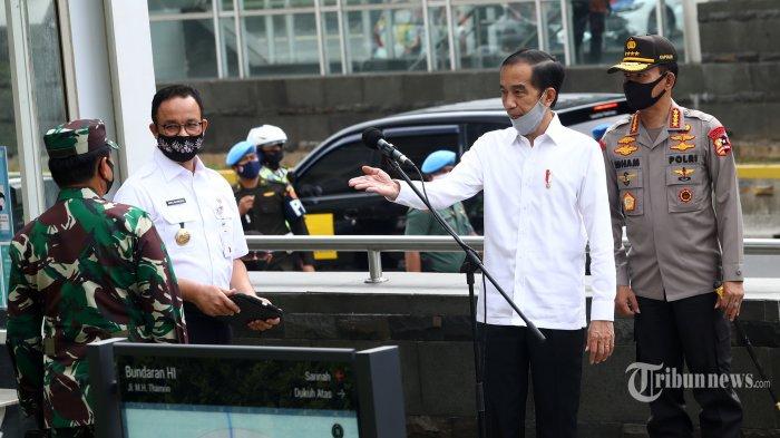 Presiden Joko Widodo (kedua kanan) memberikan keterangan didampingi Panglima TNI Jenderal TNI Hadi Tjahjanto (kiri), Kapolri Jenderal Pol Idham Azis (kanan) dan Gubernur DKI Jakarta Anies Baswedan (kedua kiri) usai meninjau kesiapan penerapan prosedur standar new normal (normal baru) di Stasiun MRT Bundaran HI, Jakarta, Selasa (26/5/2020). Dalam tinjauan kali ini, Jokowi menyampaikan pengerahan TNI/Polri secara masif di titik-titik keramaian untuk mendisiplinkan masyarakat dengan tujuan agar masyarakat mematuhi protokol kesehatan sesuai ketentuan Pembatasan Sosial Berskala Besar (PSBB). TRIBUNNEWS/IRWAN RISMAWAN