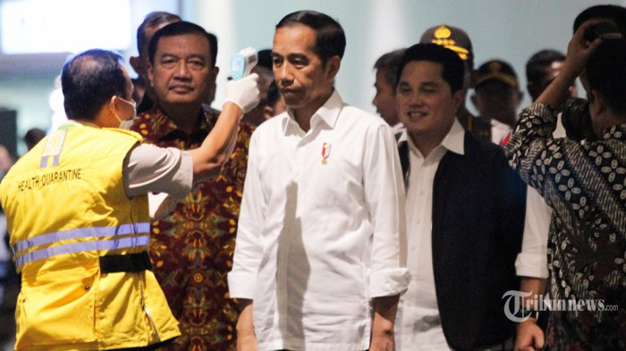Presiden Jokowi melakukan pemantauan langsung penyemprotan cairan desinfektan di Terminal 3 Bandara Internasional Soekarno Hatta, Banten. Jumat (13/3/2020).  Pembersihan oleh petugas gabungan tersebut untuk mencegah penyebaran COVID-19 di lingkungan Bandara Internasional Soekarno-Hatta. (Wartakota/Nur Ichsan)