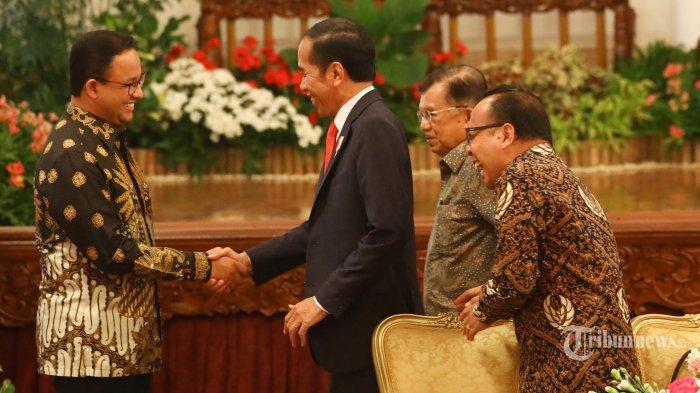 Presiden Joko Widodo (kedua kanan) berjabat tangan dengan Gubernur DKI Jakarta Anies Baswedan (kiri) disaksikan Wapres Jusuf Kalla (kedua kanan) dan Mensesneg Pratikno (kanan) usai memberikan keterangan pers terkait rencana pemindahan Ibu Kota Negara di Istana Negara, Jakarta, Senin (26/8/2019). Presiden Jokowi secara resmi mengumumkan keputusan pemerintah untuk memindahkan ibu kota negara ke Kalimantan Timur. TRIBUNNEWS/IRWAN RISMAWAN