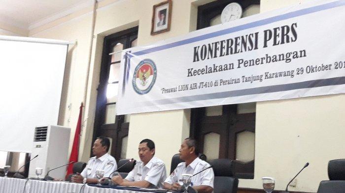 Ketua KNKT Nurcahyo Utomo, Wakil Ketua KNKT Haryo Satmiko dan Koordinator Air Safety Investigation KNKT Oni Soerjo Wibowo saat jumpa pers soal kelayakan terbang pesawat Lion Air PK-LQP, di Jakarta,  Kamis (29/11/2018).
