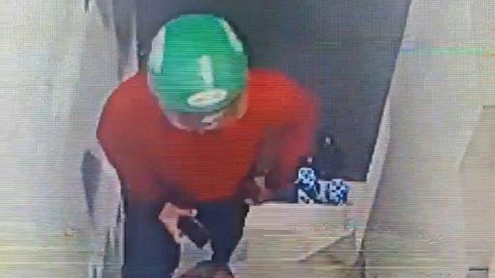 Hasil tangkapan CCTV di TKP, terlihat seorang pria berjaket merah menaiki kamar kos korban. Beberapa atribut yang dikenakan bahkan ditemukan di dalam kamar korban.