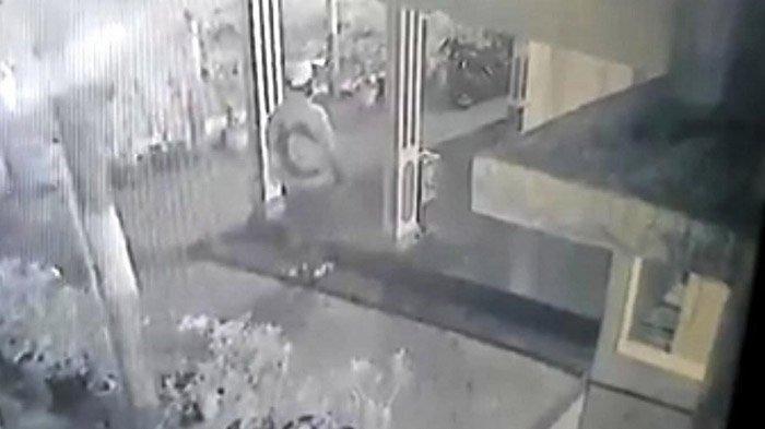 Pria Berpistol Bobol Kotak Amal, Sempat Menembak Dua Kali, Aksinya Terekam CCTV