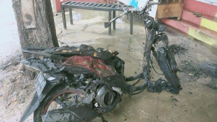 Gara-gara Isi Bensin Sambil Merorok, Seorang Pria dan Sepeda Motornya Terbakar