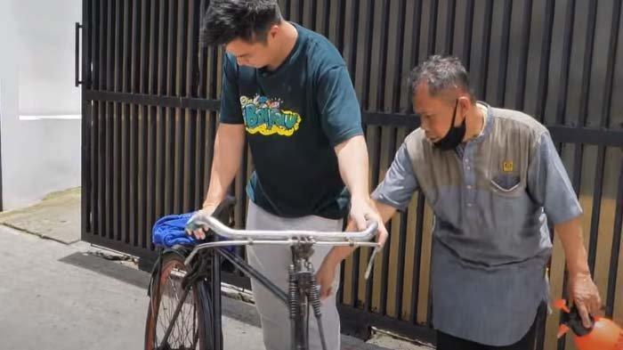 Pria Ini Rela Kayuh Sepeda dari Madura Demi Baim Wong, Suami Paula Ngaku Seram saat Baca Suratnya