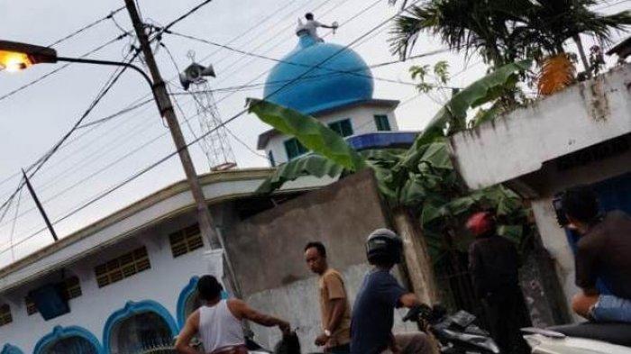 Polisi Selidiki Motif Pria yang Nekat Memanjat Kubah Masjid di Tungkal Ilir Jambi
