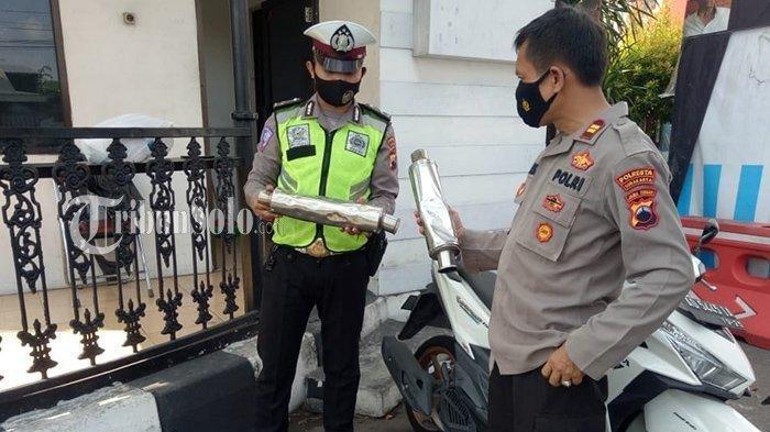 Gara-gara Anaknya Ditilang, Pria Ini Mengamuk Lalu Rusak Knalpot Brong yang Disita Polisi