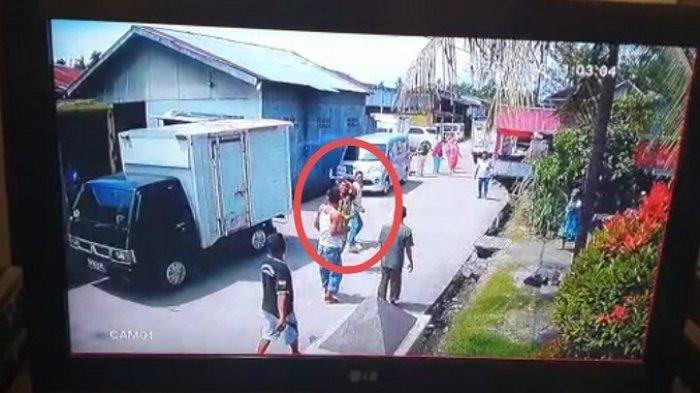 Tak Terima Mobilnya Tersenggol saat Parkir, Pria Ini Ngamuk Kejar Korban Bawa Sabit dan Parang