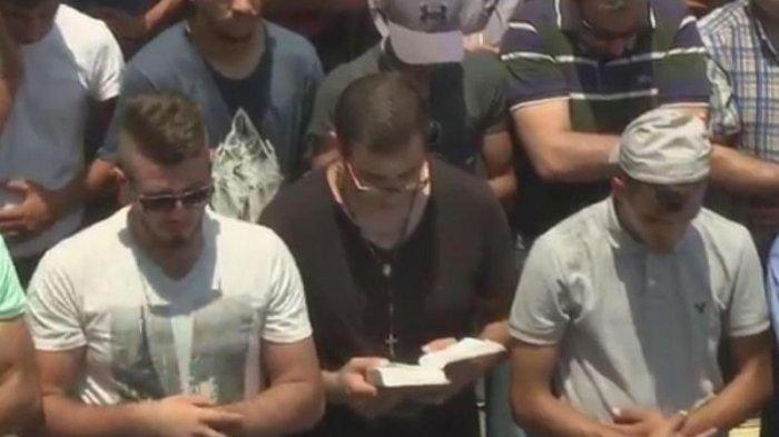 Viral, Aksi Pria Nasrani Ikut Doa Bersama Muslim Palestina untuk Masjid Al Aqsa