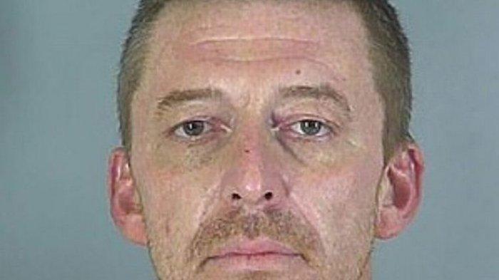 Michael Boatman, seorang pria di Spartanburg, Amerika Serikat (AS), yang ditangkap dalam keadaan telanjang dengan alat kelaminnya hanya tertutup kantong plastik. Dia mengaku berjalan bugil sebagai hukuman selingkuh dari istri.(SPARTANBURG COUNTY SHERIFF'S OFFICE via Daily Star)