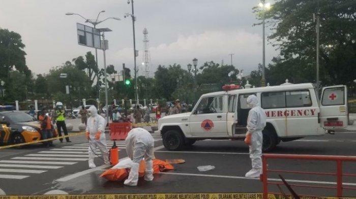 Pria yang terjatuh dan meninggal dunia di Titik Nol Kilometer Yogyakarta dievakuasi petugas berbaju APD lengkap.