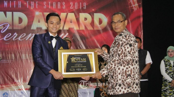 CEO Prime Comm Public Relations Atang Fauzi menerima penghargaan Indonesia Star Award 2019.