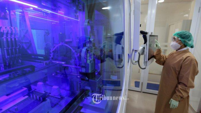 Petugas memeriksa alat otomatis penuh untuk RT PCR COVID-19 di Lab Prodia Pusat Rujukan Nasional, Jakarta, Kamis (10/9/2020). Prodia terus memperbesar kapasitas pemeriksaan PCR COVID-19 hingga hampir 2.000 per hari dengan menggunakan tambahan alat otomatis penuh Cobas 6800 system dari Roche. Prodia adalah laboratorium kesehatan swasta pertama di Indonesia yang menggunakan Cobas 6800 setelah sebelumnya Eijkman dan RS Pertamina Jaya. TRIBUNNEWS/IRWAN RISMAWAN