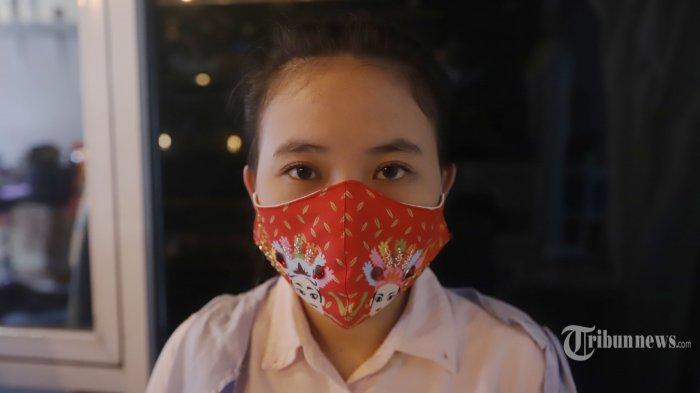 Pekerja membuat masker kain batik Betawi tiga lapis di Butik Elemwe, Jumat (2/10/2020). Butik yang sebelumnya memproduksi pakaian sementara waktu beralih membuat masker kain untuk bertahan dimasa pandemi Covid-19. TRIBUNNEWS/HERUDIN