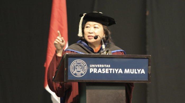 Prof Mari Elka Pangestu, Mantan Menteri Pariwisata dan Ekonomi Kreatif, Pengamat Ekonomi, Direktur dan salah satu founder Indonesia Bureau of Economic Research (IBER) yang menjadi keynote speaker pada acara wisuda Prasetiya Mulya 2019.