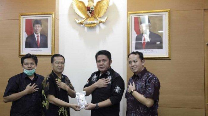 Profesor Faisal Rizal yang mengklaim menemukan antivirus Covid-19 saat memberikan paparan kepada Gubernur Sumatera Selatan Herman Deru, Selasa (21/4/2020).