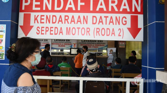Warga mengurus pajak surat kendaraan bermotor di Kantor Samsat Manyar, Kota Surabaya, Jawa Timur, Rabu (2/9/2020). Program pemutihan terhadap sanksi administratif PKB dan Bea Balik Nama Kendaraan Bermotor (BBNKB) oleh Pemprov Jatim berlaku mulai 1 September hingga 28 November 2020 mendatang. Surya/Ahmad Zaimul Haq