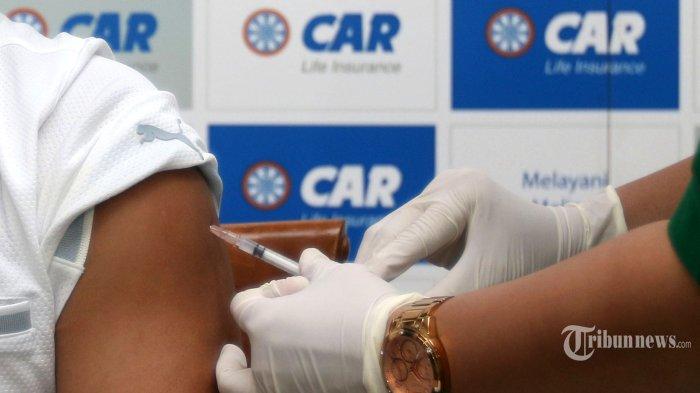 Lansia mengikuti vaksinasi Covid-19 di Jakarta, Selasa (27/4/2021). PT Asuransi Jiwa Central Asia Raya (CAR Life Insurance) bersama Otoritas Jasa Keuangan (OJK) mengadakan vaksinasi Covid-19 untuk para lansia dalam program Vaksinasi Industri Keuangan Non Bank. Tribunnews/Irwan Rismawan