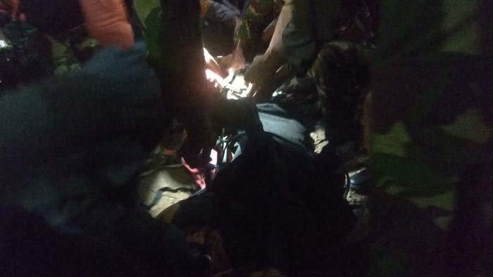 Proses evakuasi jasad Arik Multazam, pelajar SMA Tenggarang, Bondowoso yang terjatuh dari puncak Gunung Piramid.