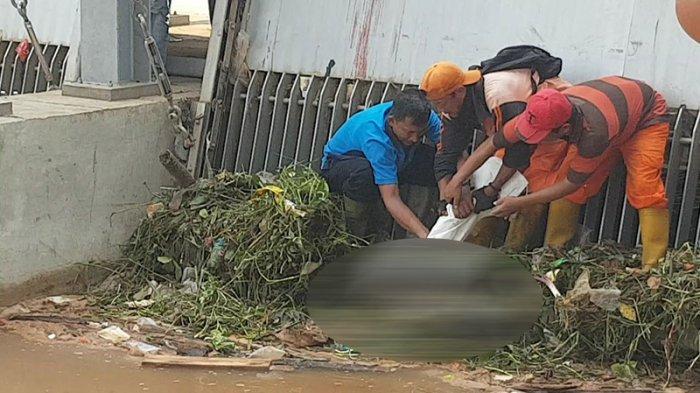 Mayat Pria Tanpa Identitas Ditemukan Tersangkut di Pintu Air Kalimalang