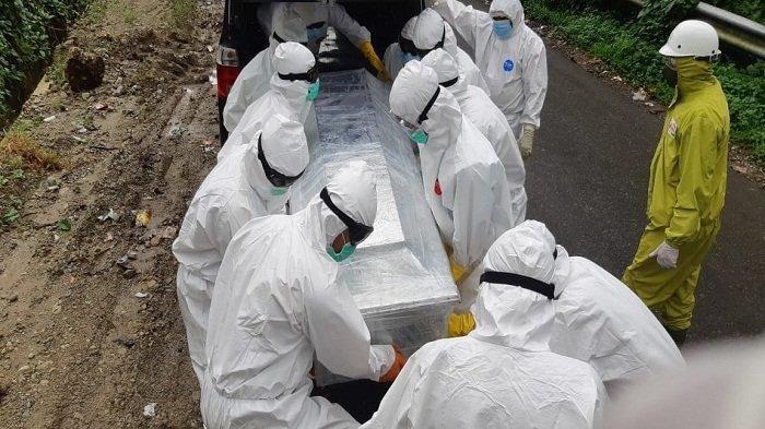 Proses pemakaman jenazah covid-19, Seorang pasien FN berusia 53 tahun yang meninggal dunia akibat covid-19 di Maluku, Kamis (30/07/2020)
